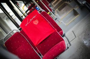 Så här ser de röda speeddejtingsätena ut på Stadsbussarnas säten. Det ska finnas ett överdrag på varje buss i stan fram till söndag.