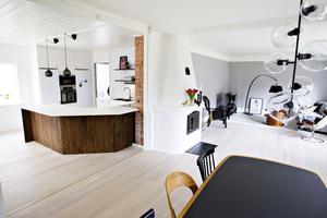 Öppet mellan kök och vardagsrum och rundad bänk i egen design.