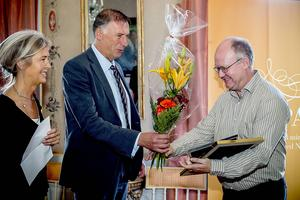 Eva Högdahl, vd Almi, och landshövding Gunnar Holmgren prisar uppfinnaren Roger Gustavsson vid utdelningen av Skapa stipendiet.
