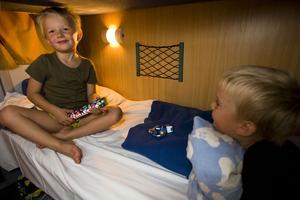 SOM EN KOJA. Nattåg är supermysigt tycker Victor och Elliot. Liggvagnarna är klaustrofobiska men de sov som stockar i samma slaf.