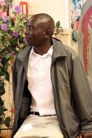 Felix Onyango berättade för eleverna på Los högstadium om hur det kan vara på en kenyansk skola.