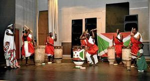 """Fysisk föreställning. Folkets hus teater i Lindesberg är mötesplats för en burundisk trumorkester under uppbyggnad. """"Ungdomar och de som vill prova är också välkomna"""", säger Emmanuel Hakizimana"""