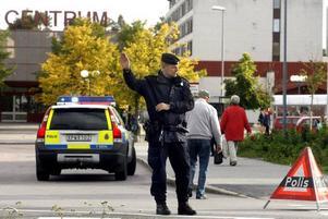 Den 12 september utrymdes Ica i Sätra centrum efter att någon ringt in ett bombhot. Polisen lade ned stora resurser på att spärra av området och utrymma butiken. Ett hundratal kunder befann sig i lokalen när larmet kom.