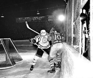 Hockeyfotograferna på 1960-talet stod verkligen i skottgluggen. Brynässpelarna, här Lasse Hedenström, var betydligt bättre skyddade.
