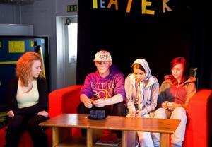 Några elever hade satt upp en pjäs som visar hur tryck kan få ungdomar att ta droger.