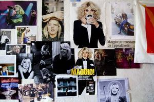 Rummet i Bollstabruk, utanför Kramfors, är täckt med bilder på Veronica Maggio. När livet är för jobbigt brukar musiken hjälpa till.