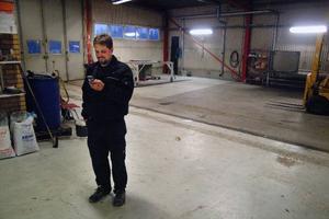 Tom Edström i sitt nyförvärvade industrihus som skall byggas om till lastbilsverkstad. Det är inte med tysta telefoner man i första hand sammanknippar Viveka och Tom.Foto: Ingvar Ericsson