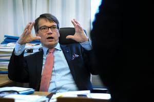 Socialminister Göran Hägglund lovar ersättning åt barn som drabbats av narkolepsi efter vaccineringen 2009 och 2010.