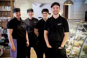 Den glada personalen på Hernö ost & deli. Fr.v: Catarina Näsström, Elisabeth Alexandersson, Linda Jönsson och Fredrik Näsström.