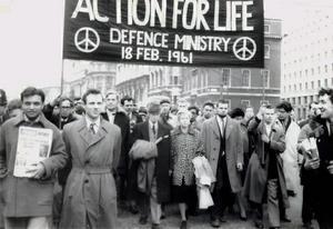 Den berömde brittiske filosofen Bertrand Russell (i mitten) tillsammans med sin hustru Edith Russell i ett demonstrationståg mot kärvnapen 1961.