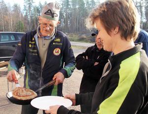 Här serverar Rolf Jakobsson en nygräddad kolbulle till Maria Gräntz, som just levererat en last styckegods.