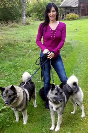 Jaktexperten Anette Eklund med sina två gråhundar.