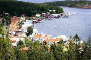 Det planerade besökscentret på 150 kvadratmeter ska byggas mitt i hamnen, på sjötomten där de gamla lotsbåtarna en gång drogs upp. Marken ägs i dag av kommunen, som har för avsikt att skänka tomten till Ulvön och kapellaget.