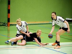 Gimonäs/Umeå vann rättmätigt seriefinalen mot Härnösands HK med 31-15. Här stoppas Lisa Svanemar av gästernas Felicia Häggqvist.