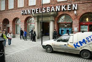 Många förvånade lunchflanörer på gågatan fick se när polisen jobbade.