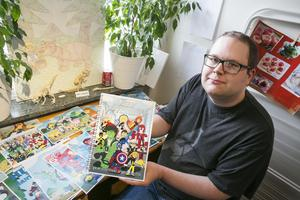 Mats Carlstén visar en tidning han gjort i konstverkstaden.