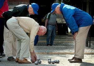 Solo i solen. I Sverige är det inte så vanligt att grupper av äldre bara håller till i en park eller andra allmänna platser, skriver Michele Jimènez.