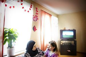 Migrationsverket säger nej, ensamstående mamman Manal El Banna måste lämna Sverige med sina kvarvarande döttrar Aláa och Layal (på bilden).