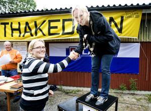Förra årets segrare i Margarethakedjan, Helena Jansson från Söderala, gratulerar den nya mästarinnan Maria Falck efter vinsten på Vallabanan.