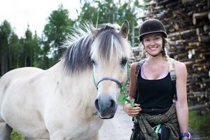 Suzanna Holmquist rider och promenerar genom Sverige till förmån för utsatta djur.