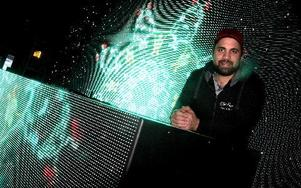 Adam Maclean Mitchell har drivit Club Etage i Falun i två år. I helgen är det nypremiär med nytt DJ-bås och stor LED-vägg.FOTO: JONAS STENTÄPP