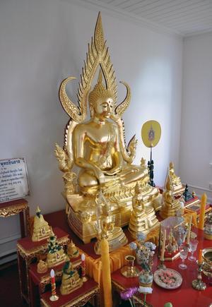 Den här inomhusbuddhan anlände till Bispford samtidigt som den stora utomhusbuddhan och står inne i meditationscentrets stora andaktsrum.