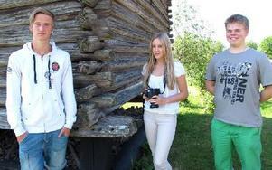 – På måndag börjar Jesper Lassis (till vänster) sin treveckorspraktik i byarkivet. Julia Eriksson och Marcus Wiberg tar några sista bilder innan de går på sommarlov igen. Foto: Rebecka Ramstedt