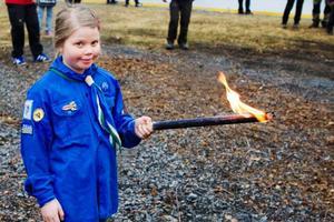 Astrid Fredholm en av miniorerna i scouterna var med och tände majbrasan med sin fackla.