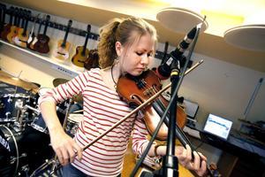 Karolina Hedlund repar med bandet storbandet Gatan inför spelningen i kväll.