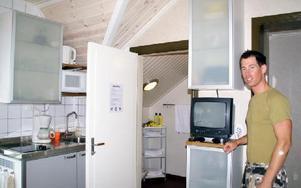 Köket med gemensam dusch är anpassad efter de åtta gästerna man kan ha samtidigt.FOTO: HANS BLOOM