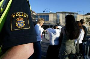 Genom pusslande har polisbemanningen ordnats under sommaren, ingen enhet kommer att stängas.
