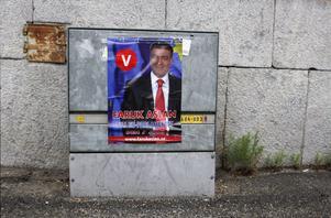 Faruk Aslans affischer sitter otillåtet på elskåp. Aslan medger att det är ett förtroendeproblem när politikerna själva inte följer lagen.