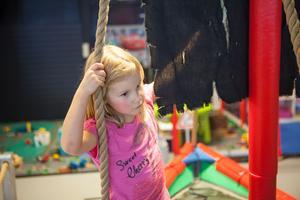 Tindra Enkvist gillar att leka på Busplejset. Hennes favorit är den blåa sparkcykeln.