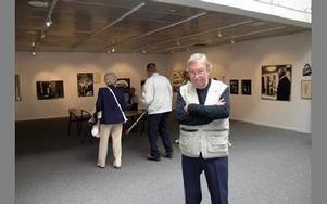 Hasse Carlbaum får årets kulturpris i Borlänge. I somras visade han en litet del av sina 345,,000 bilder, på en utställning på biblioteket.Foto: Hans Dahlqvist