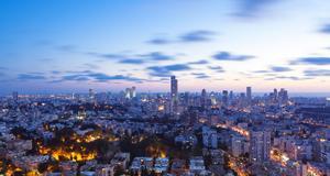 Kväll i Tel Aviv. Det moderna lever sida vid sida med tusenåriga traditioner.