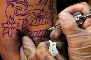 Sommardekoration. Det är fler än någonsin som tatuerar sig, tjejer som killar, yngre som äldre. Tatueringarna blir dessutom allt större. – Det är inte alls ovanligt att en tjej gör hela ryggen, berättar Fredrik Brickman på Par i Hjärter. Foto:Mattias Nääs