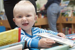 Viggo Sandberg, snart ett år, brukar komma till Stadsbiblioteket med sin mamma Sofie Berglund för att låna nya pekböcker.