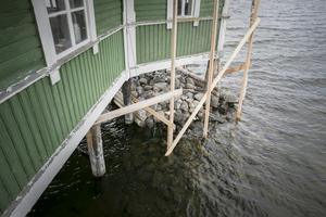 För att hindra byggnaden från att rasa ner i sjön så bytte man ut de gamla stolparna förra vintern.