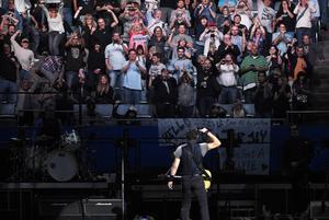 Bruce Springsteen tackar fansen under konserten i Los Angeles Sports Arena.