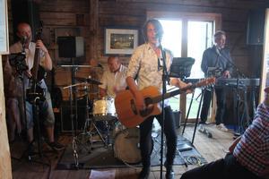 Klas Norberg uppträdde på Hamnmagasinet i Nyland uppbackad av Holmsten Trio