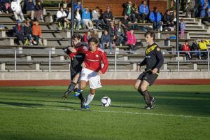 Jonathan Lundbäck visar fortsatt toppform som målskytt i IFK Östersund. I fjol blev det 21 mål och delad skytteligaseger i division 3 mellersta Norrland och i år är han i ledning i division 2 Norrland. 20-åringen har gjort elva mål under vårsäsongen.   Arkivbild