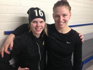 Anna Borgqvist (t.v) och Sara Grahn var förstås väldigt glada efter segern med 1–0 mot Leksand i den första SM-kvartsfinalen. Sara stoppade 55 skott och Anna gjorde målet som gav Brynäs segern.