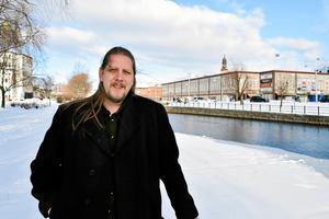 Vänsterpartiets länsordförande Patrik Liljeglöd kritiserar de partikamrater som ifrågasatt Frida Holmgrens polisanmälan mot Lars Ohly.