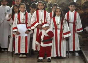 Palestinsk pojke deltar i söndagsmässa i latinska kyrkan i Gaza.