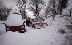 En man skottar fram sin bil ur snömassorna den 18 januari i år,  i staden Murree, omkring 58 kilometers nordväst  Islamabad, Pakistan.