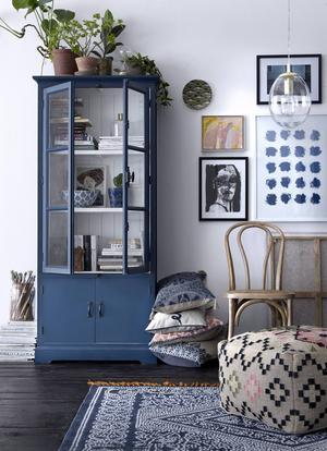 Blått skåp och mycket mönster på textiler från Ellos kollektion Heart and soul.