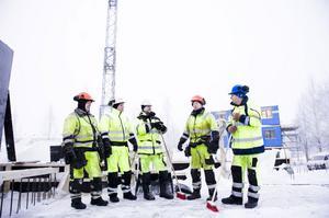 Kallt, visst. Men det får gå ändå. Bernt-Ove Forsberg, Stefan Lindberg, Johan Wall, Åke Lindberg och Erik Roos har ett hus att bygga.
