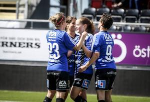 Jubel efter Emma Danielssons 2–0-mål.