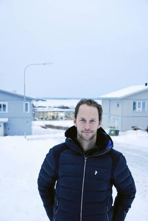 Anders Södergren utanför bostaden, med utsikt över en stor del av Storsjön.
