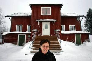 Hjördis Dahl är född i Högvålen och varvar sitt boende i Högvålens äldsta hus med längre perioder i Östersund.